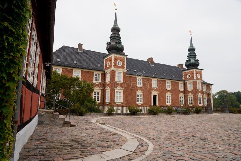 Oude kasteeltoren en binnenplaats in Jægerspris, Denemarken stock foto