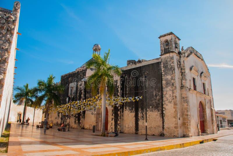 Oude kathedraal Katholieke Kerk op blauwe hemelachtergrond San Francisco de Campeche, Mexico royalty-vrije stock foto's