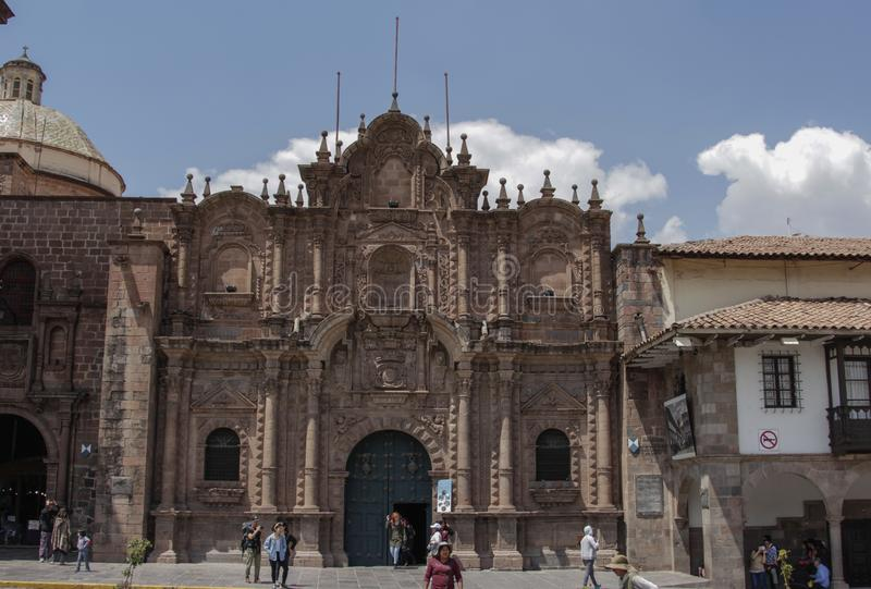 Oude katholieke kerkvoorgevel in Cuzco Peru stock foto's