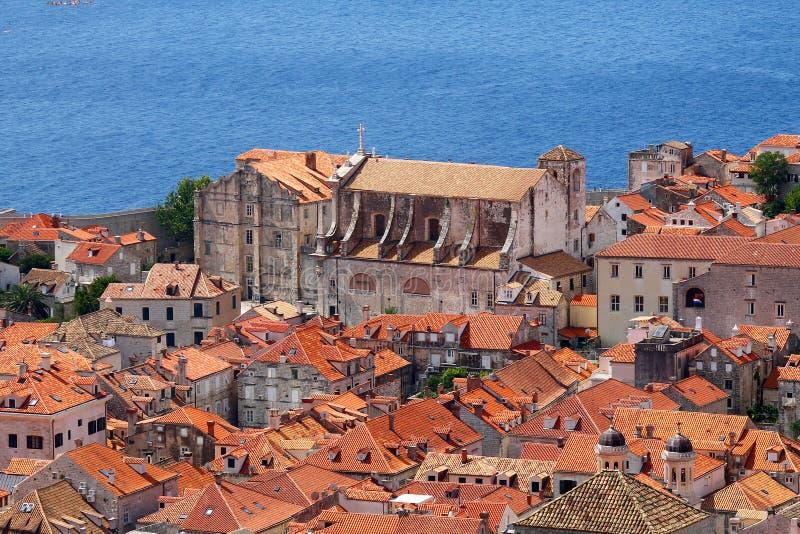 Oude kerk dichtbij overzees in Dubrovnik-bolwerk stock foto