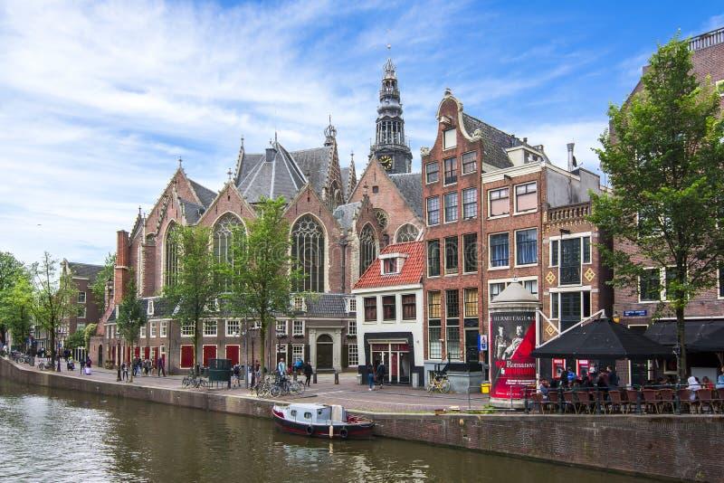 Oude Kerk Oude Kerk en de kanalen van Amsterdam, Nederland stock afbeeldingen
