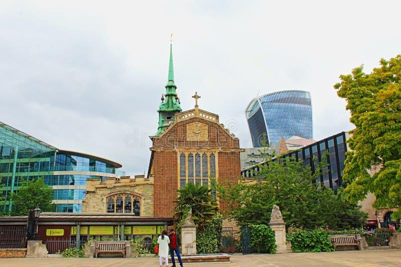 Oude kerk en moderne architectuurstad van Londen Engeland het Verenigd Koninkrijk stock afbeelding