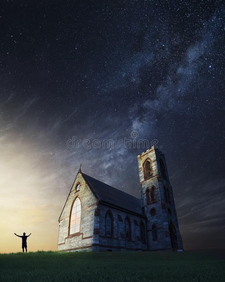 Oude kerk in het platteland op een mooie nacht stock foto's