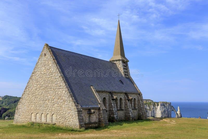 Oude kerk op de bovenkant van de klip in Etretat, Normandië, Frankrijk stock foto's