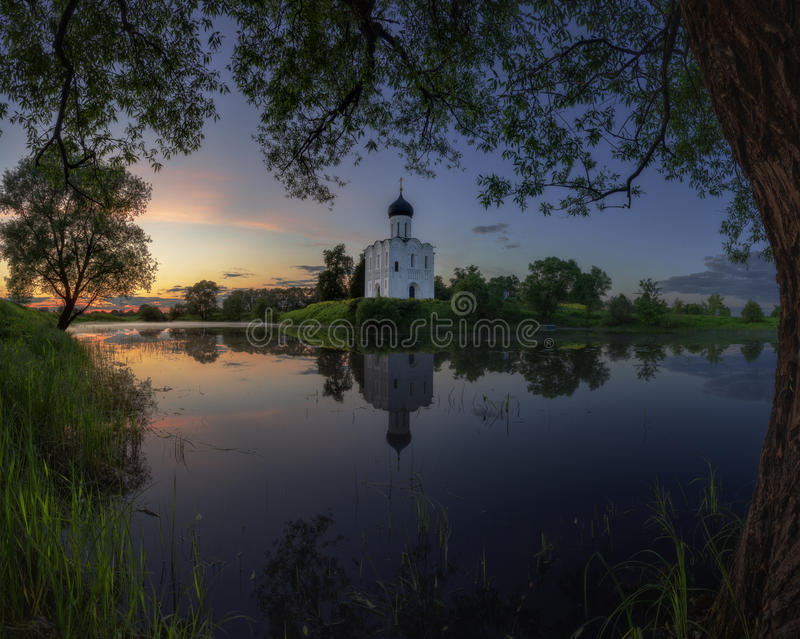 Oude kerk op de meerkust stock foto