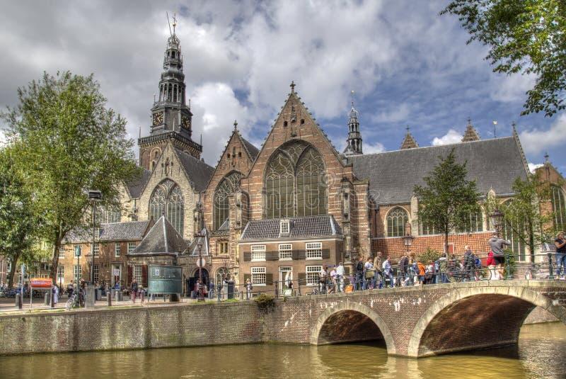 Oude Kerk y canal en Amsterdam, Holanda imágenes de archivo libres de regalías