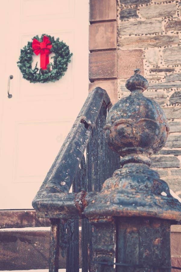 Oude Kerkdeur met Kerstmiskroon royalty-vrije stock foto