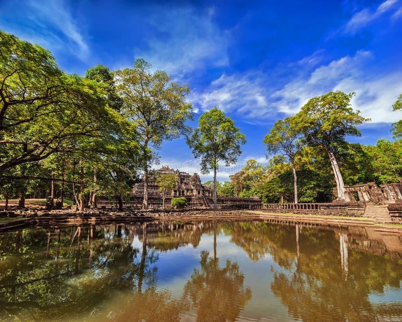 Oude Khmer architectuur Openluchtparklandschap met meer en stock fotografie