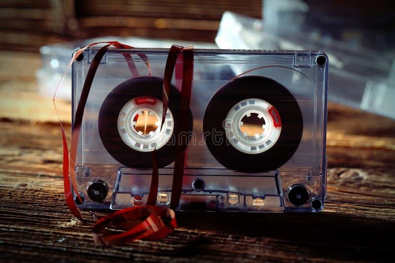 Oude klassieke audiocassette met teruggetrokken van band royalty-vrije stock afbeelding