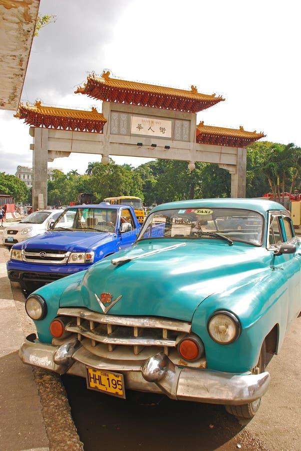 Oude klassieke Cubaanse die auto voor Havana China-stad wordt geparkeerd stock afbeelding