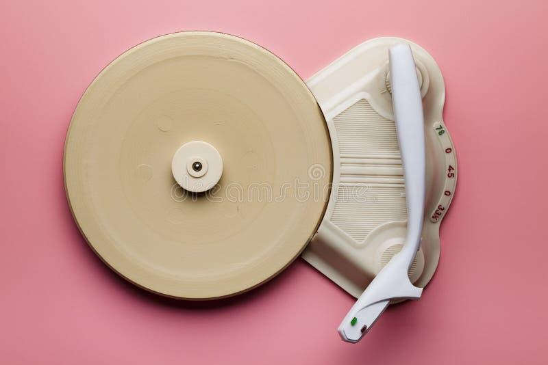 Oude klassieke vinylrecorder op roze pastelachtergrond stock afbeeldingen