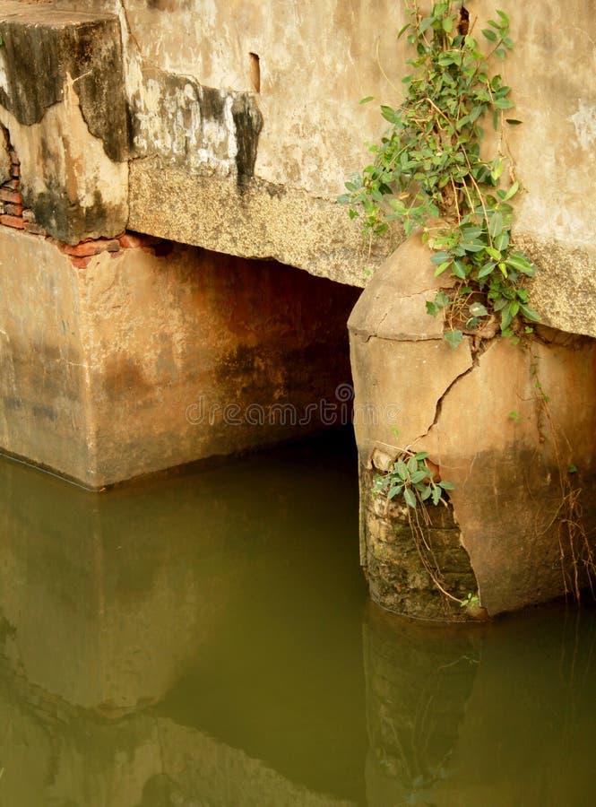 Oude kleine brug met een landelijke weg stock afbeeldingen