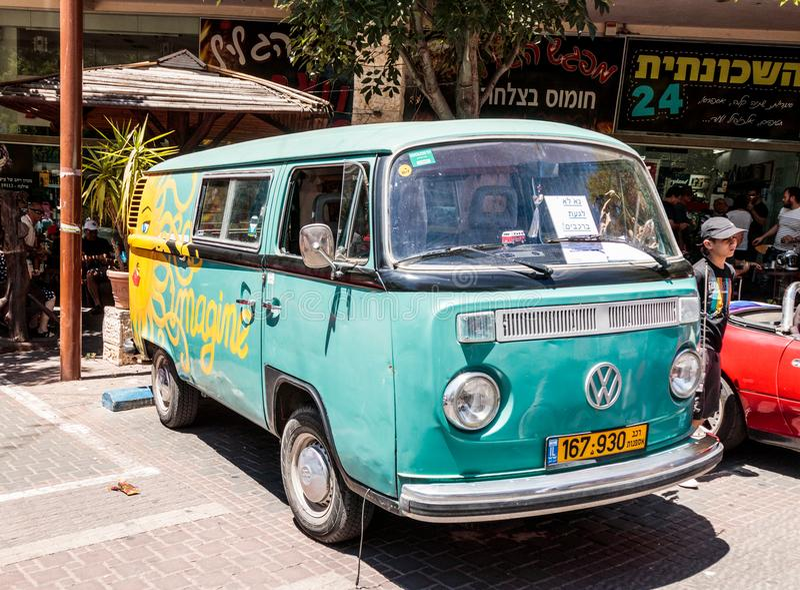 Oude kleine bus Volkswagen bij een tentoonstelling van oude auto's in de Karmiel-stad royalty-vrije stock fotografie