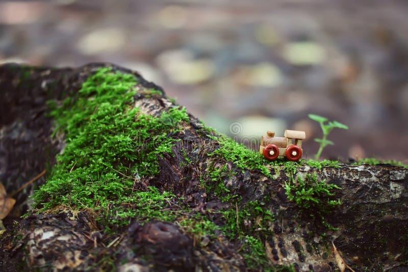 Oude kleine houten stuk speelgoed stoomtrein royalty-vrije stock afbeelding