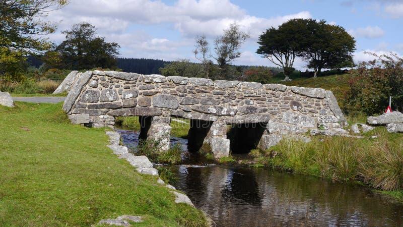 Oude kleppenbrug op Dartmoor in Zuidwestenengeland royalty-vrije stock afbeelding