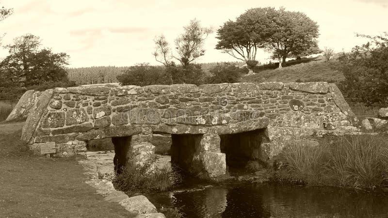 Oude kleppenbrug op Dartmoor in Zuidwestenengeland royalty-vrije stock foto's