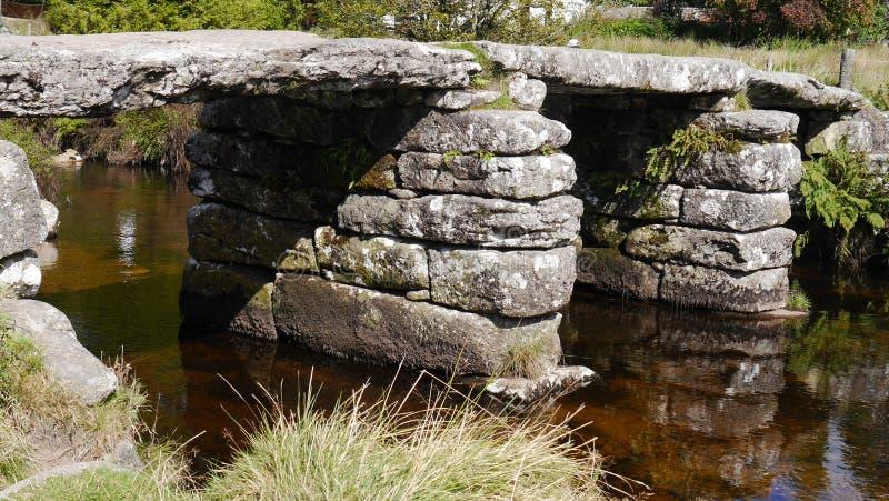 Oude kleppenbrug op Dartmoor in Zuidwestenengeland royalty-vrije stock fotografie