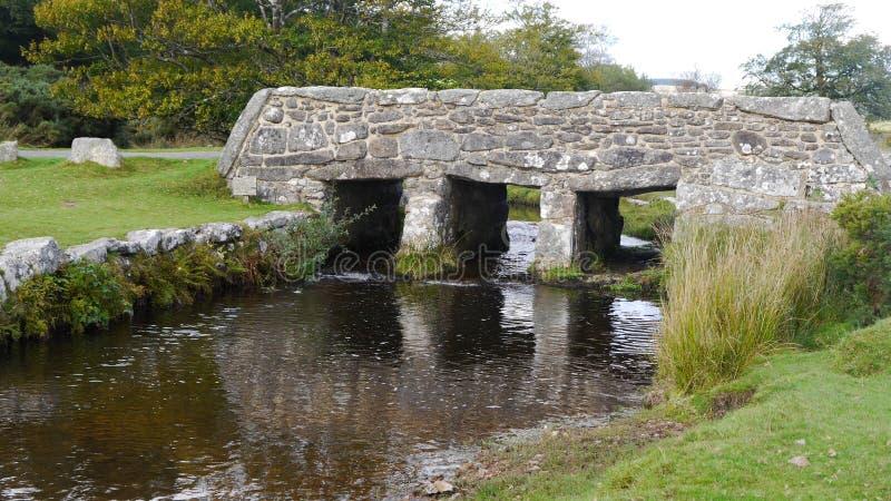 Oude kleppenbrug op Dartmoor in Zuidwestenengeland stock foto's