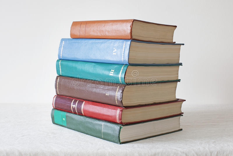 Oude kleurenboeken op witte achtergrond royalty-vrije stock fotografie