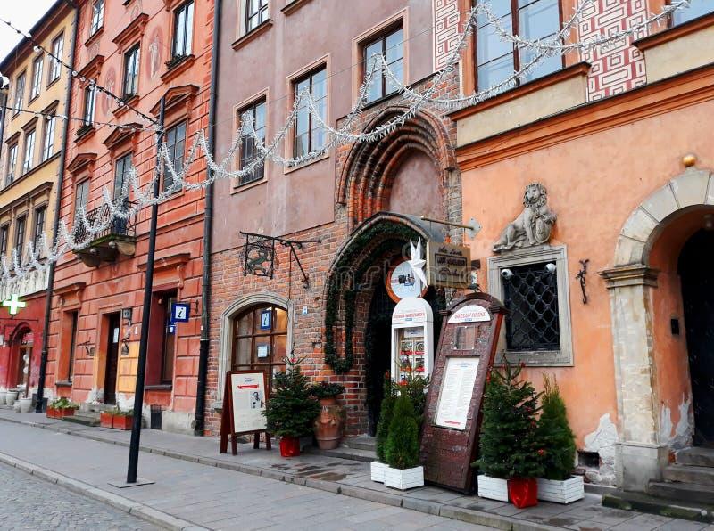 Oude kleurrijke huizen in de stad in Oude die stad voor Kerstmis wordt verfraaid royalty-vrije stock foto