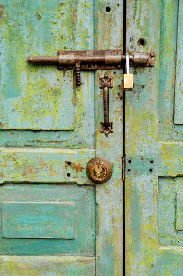 Oude klink op oude deur stock foto's