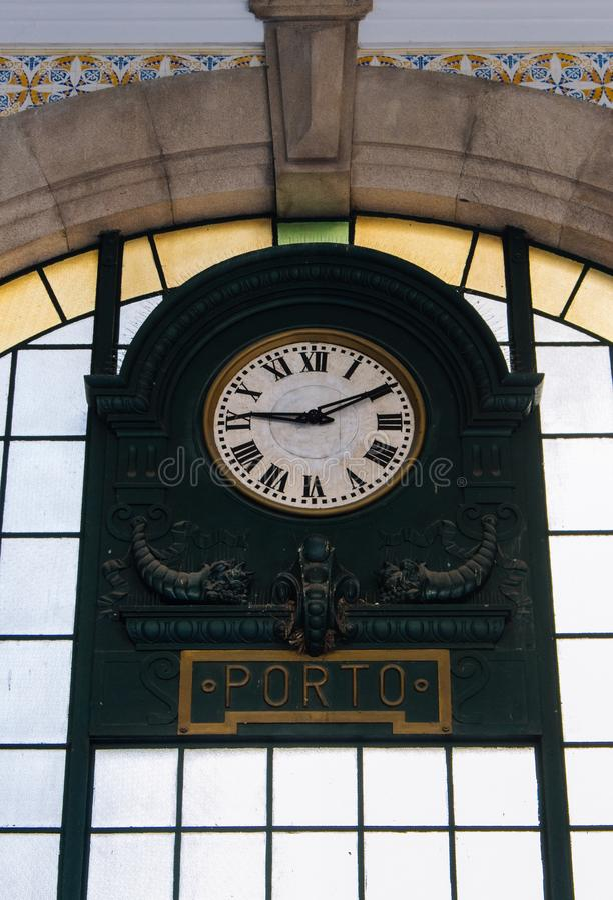 Oude klok in centraal station in Porto, Portugal Zaal van het beroemde station van Saobento Binnenland van oude post royalty-vrije stock foto's