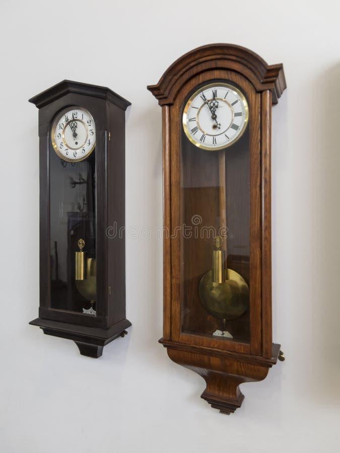 Oude klok op de muur stock afbeeldingen