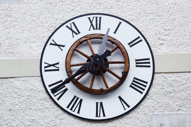 Oude klok op de muur stock fotografie