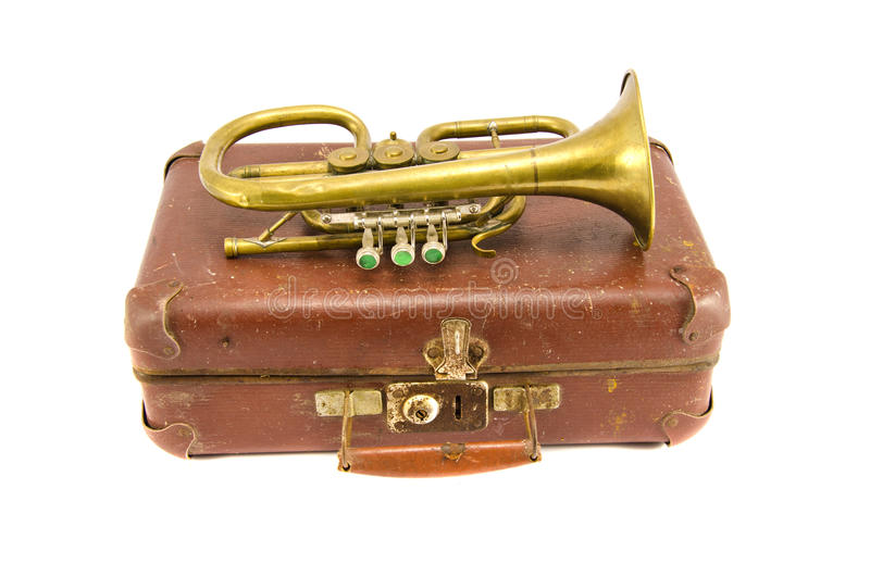 Oude koffer en uitstekend messings muzikaal instrument stock afbeeldingen
