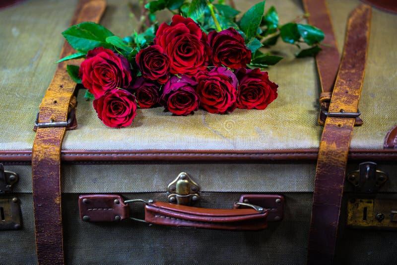 Oude koffer met rozen royalty-vrije stock foto