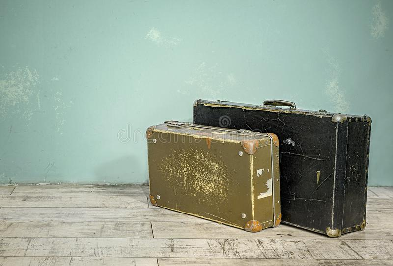 Oude koffers dichtbij de muur in een lege ruimte royalty-vrije stock fotografie