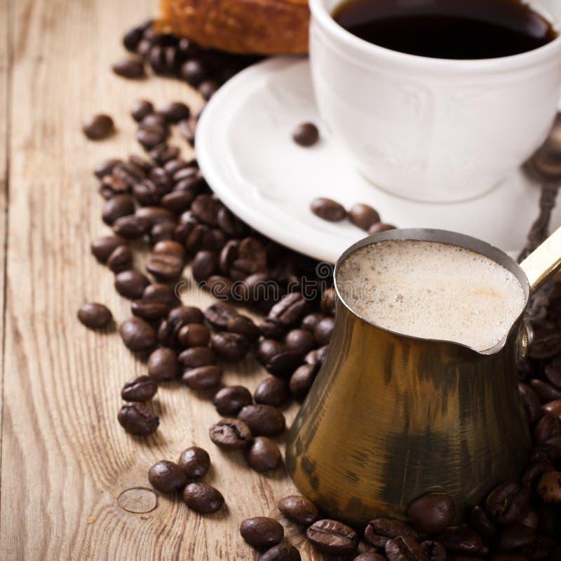 Oude koffiepot en kop op houten rustieke achtergrond royalty-vrije stock foto
