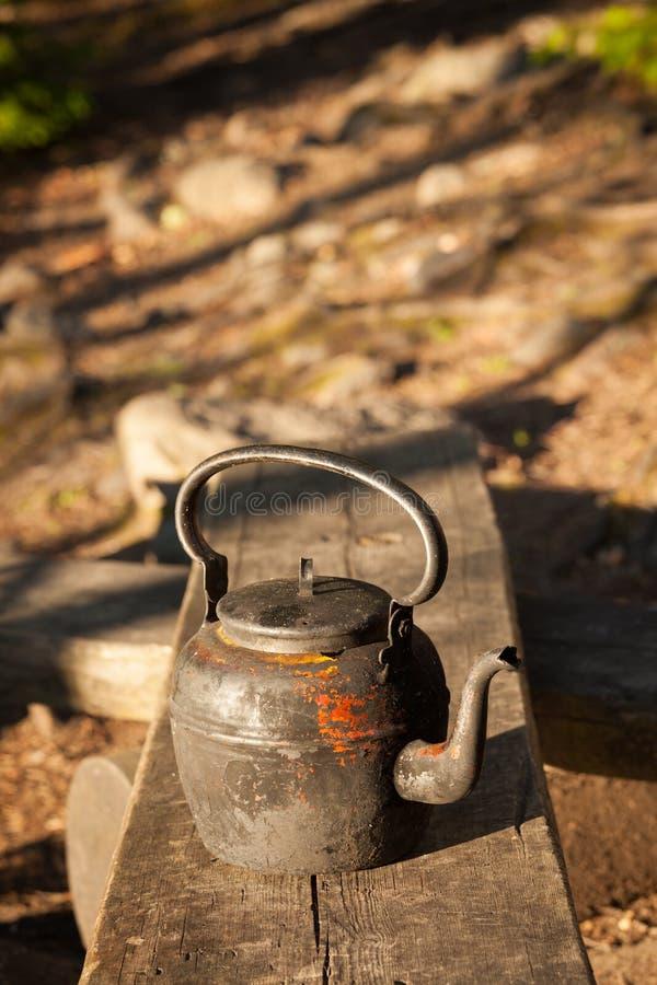 Oude koffiepot in het kamperen plaats stock fotografie