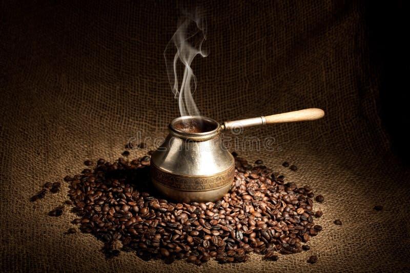 Oude koffiepot met rook royalty-vrije stock afbeelding