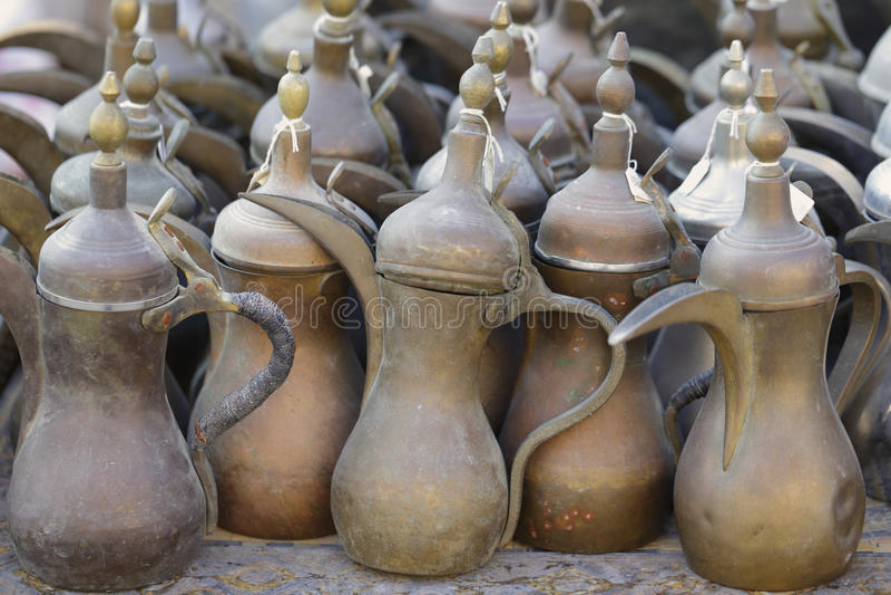 Oude koffiepotten in Doha souq royalty-vrije stock afbeeldingen