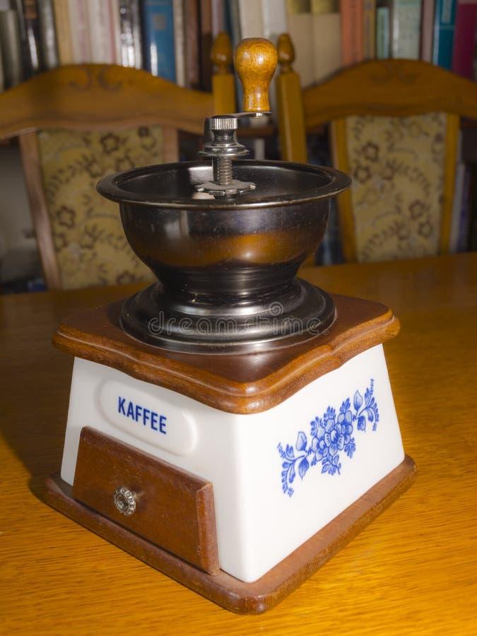Oude koffieslijper op tafel royalty-vrije stock afbeeldingen