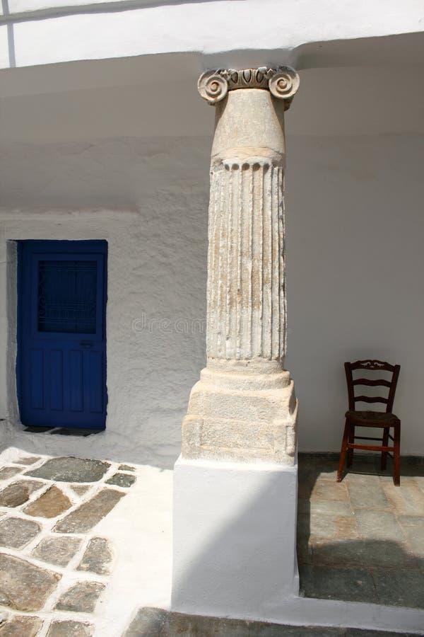 Oude kolom als deel van een huis in het traditionele dorp van Kastro, Sifnos-eiland, Griekenland royalty-vrije stock foto