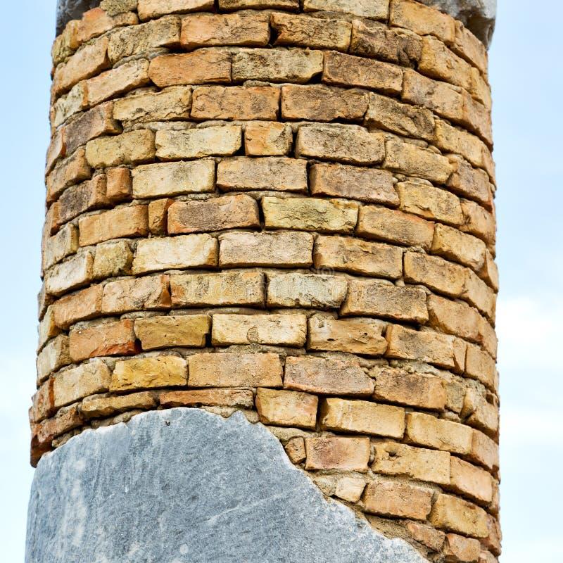 oude kolom in de de de hemelgeschiedenis en aard van Afrika stock afbeelding