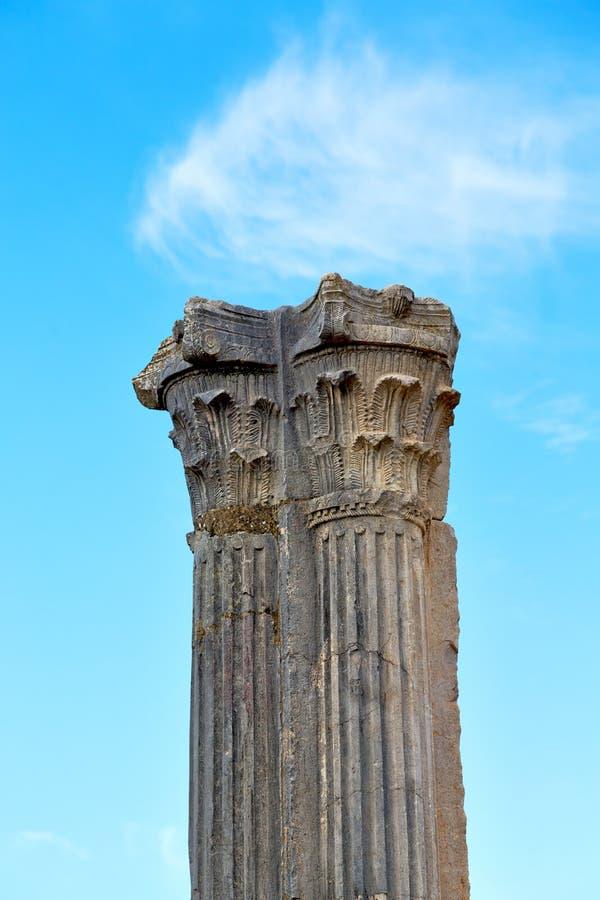 oude kolom in de hemelgeschiedenis en aard van Afrika stock foto's