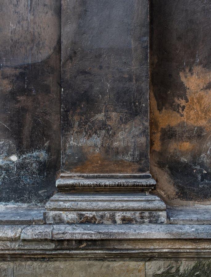 Oude kolom van Roman Catholic Church in dichte omhooggaand van Rome royalty-vrije stock fotografie