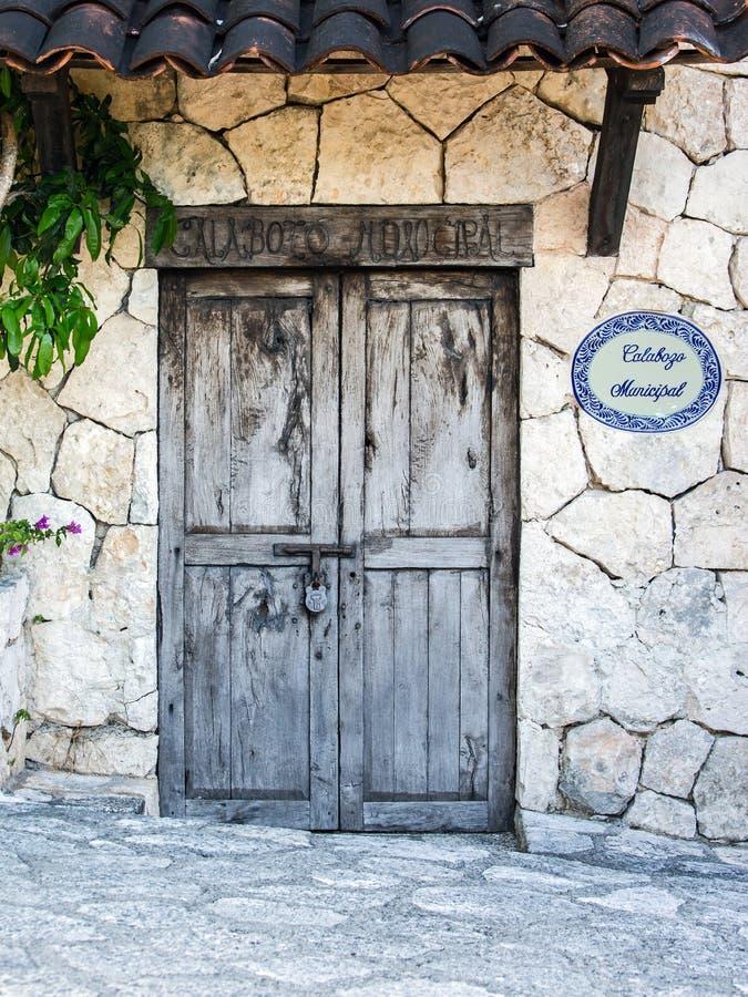 Oude koloniale deuren van Mexicaanse hacienda stock afbeeldingen