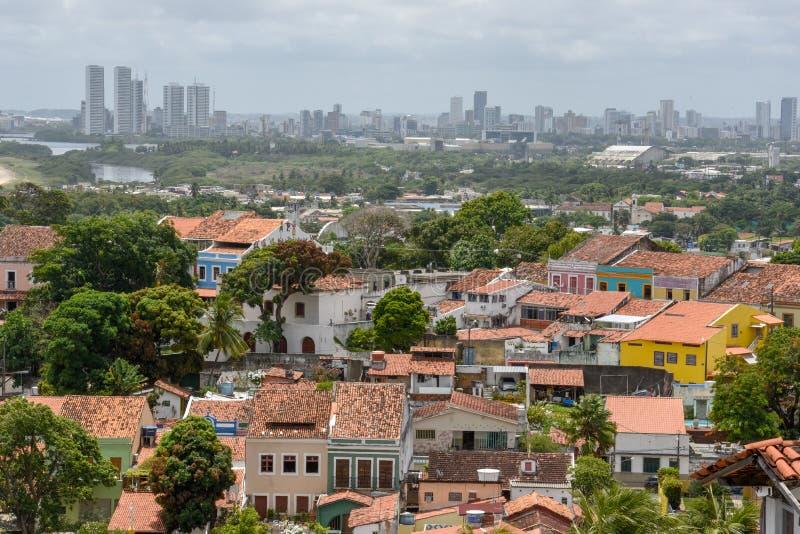 Oude koloniale stad van Olinda met de stad van Recife op de achtergrond, Brazili? stock afbeeldingen