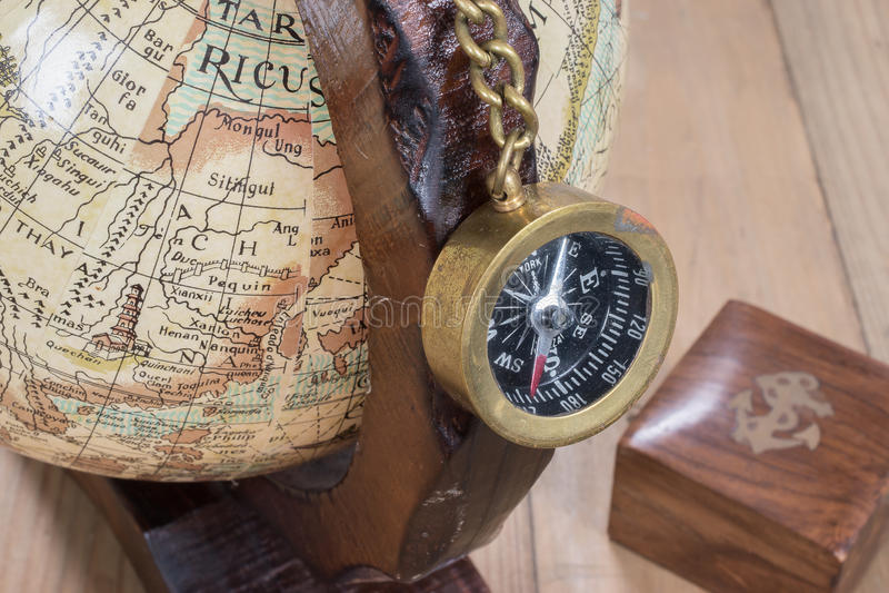 Oude kompas en bol royalty-vrije stock foto