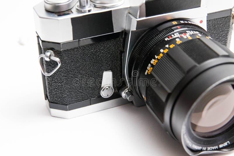 Oude Konica 35 die mm-camera op witte dichte omhooggaand wordt geïsoleerd royalty-vrije stock afbeeldingen
