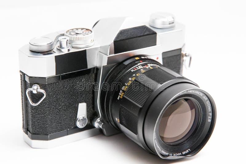 Oude Konica 35 die mm-camera op witte dichte omhooggaand wordt geïsoleerd stock afbeeldingen