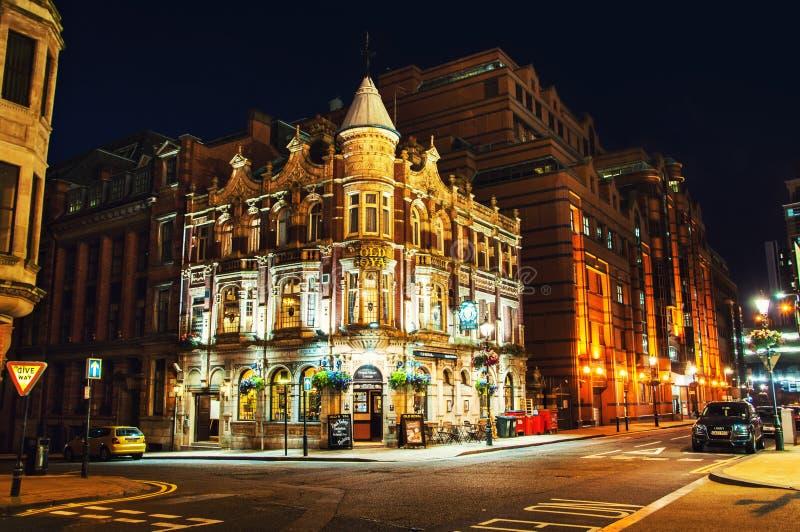 Oude Koninklijke Bar in Birmingham, het UK bij nacht stock foto's