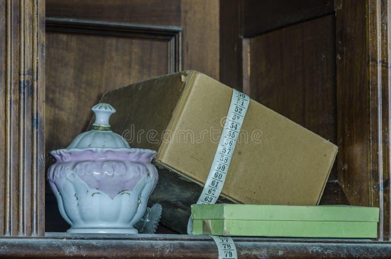 Oude kop in een huis stock foto