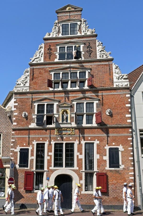 Oude kosthuis en kaasdragers in Hoorn stock afbeeldingen