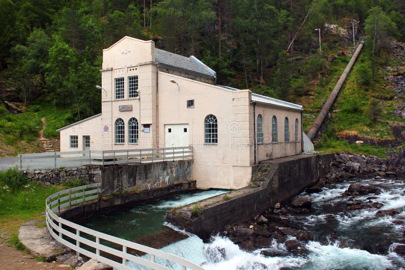 Oude krachtcentrale op Kinso-rivier bij Tveitafossen-dalingen, Noorwegen royalty-vrije stock afbeelding