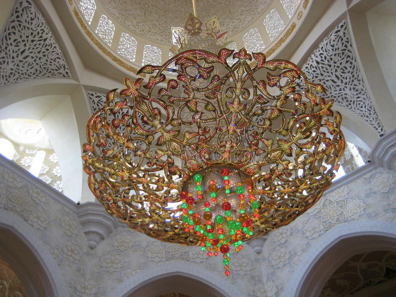 Oude kroonluchter in Sheikh Zayed Grand Mosque in Abu Dhabi stock foto's